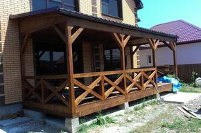 Деревянная пристройка к кирпичному дому